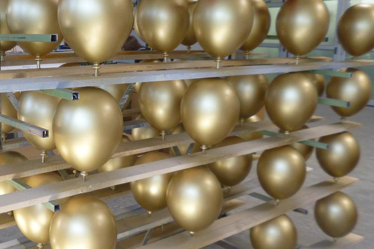 Kunststofflackierung Ballons Messebau gold